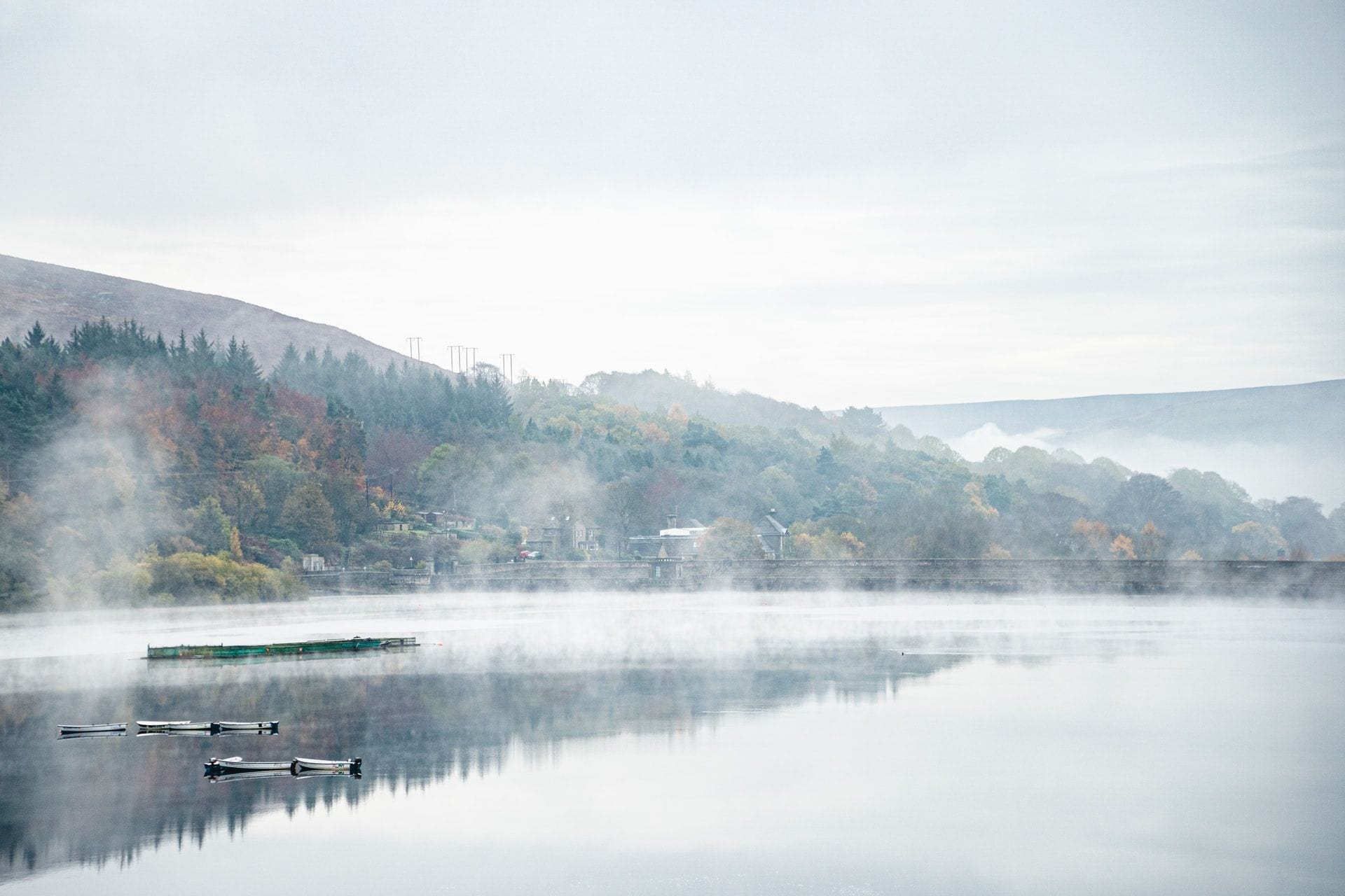 misty-foggy-lake-in-peak-district-england-in-winter