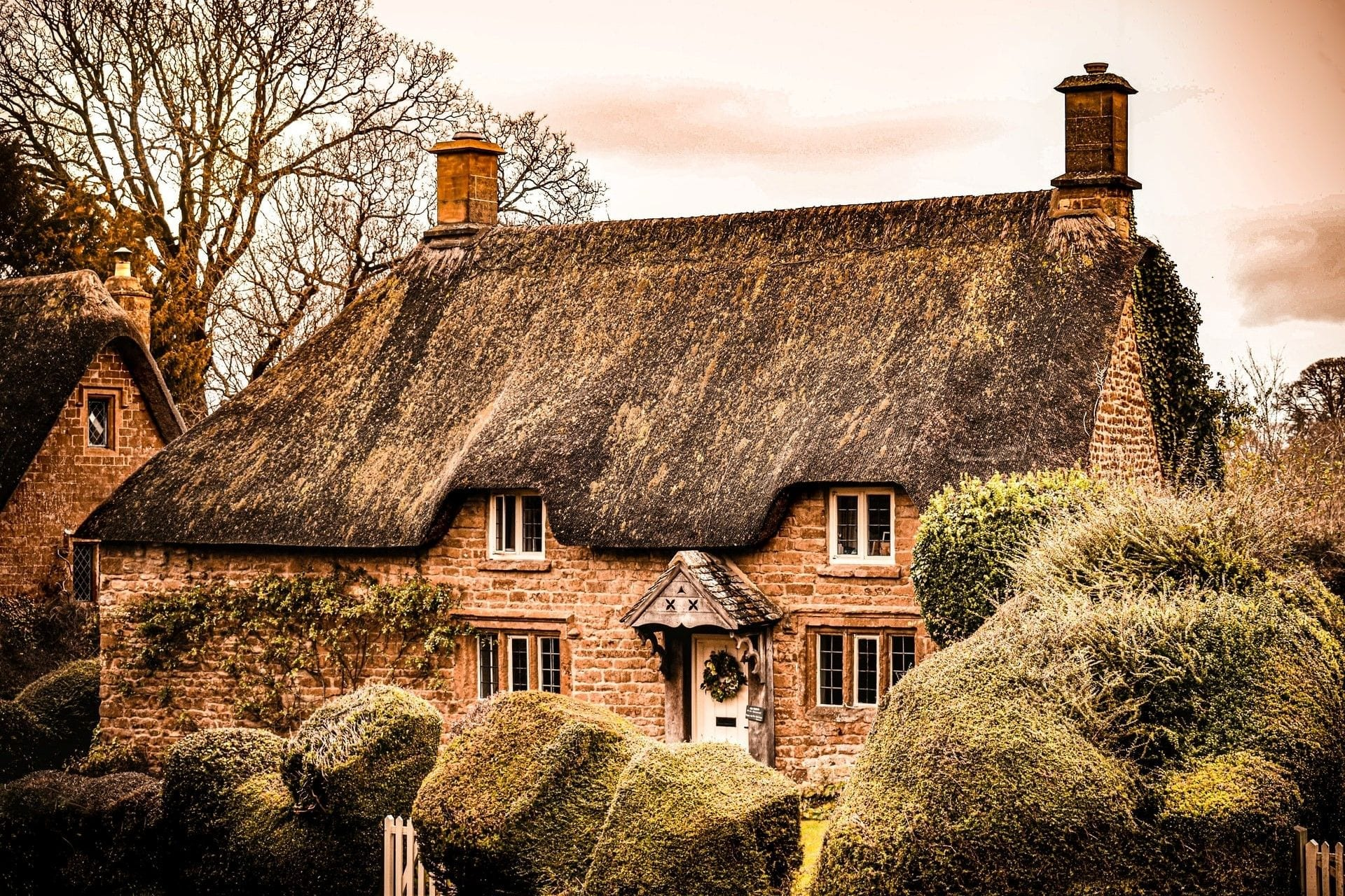 old-cottage-with-thatched-roof-at-christmas-in-cotswolds-england-christmas-weekend-breaks-uk