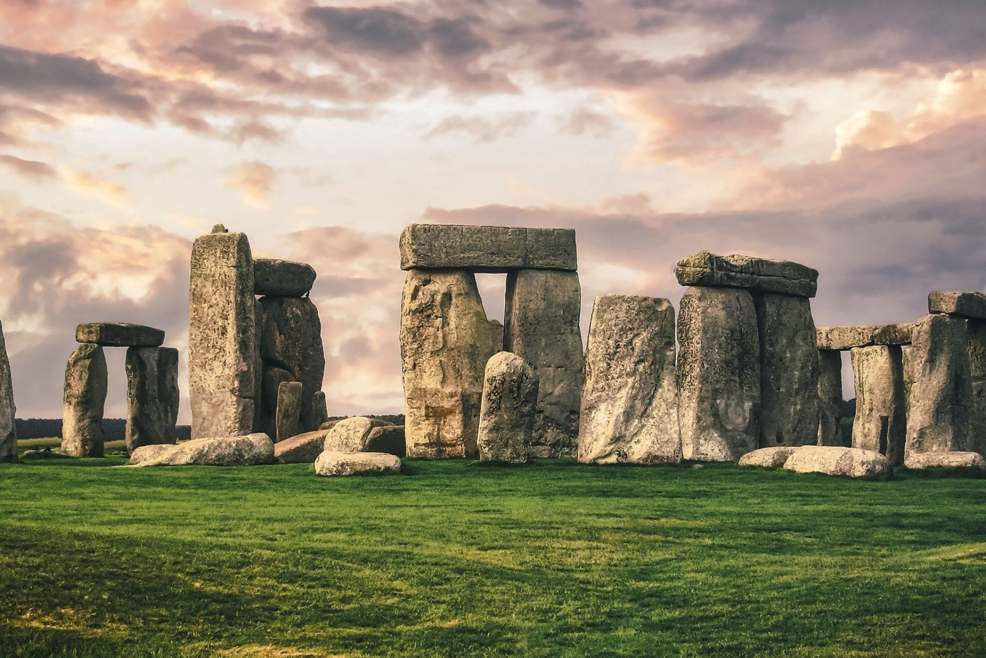 ring-of-large-standing-stones-on-grass-in-field-at-sunset-stonehenge-salisbury