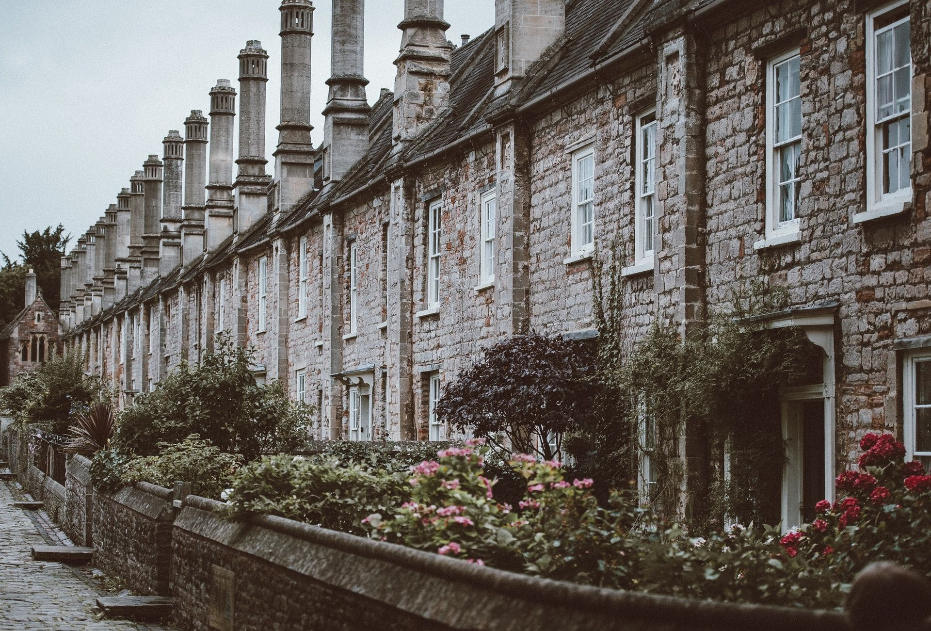 row-of-old-historic-terraced-houses-in-wells-somerset-england-in-winter