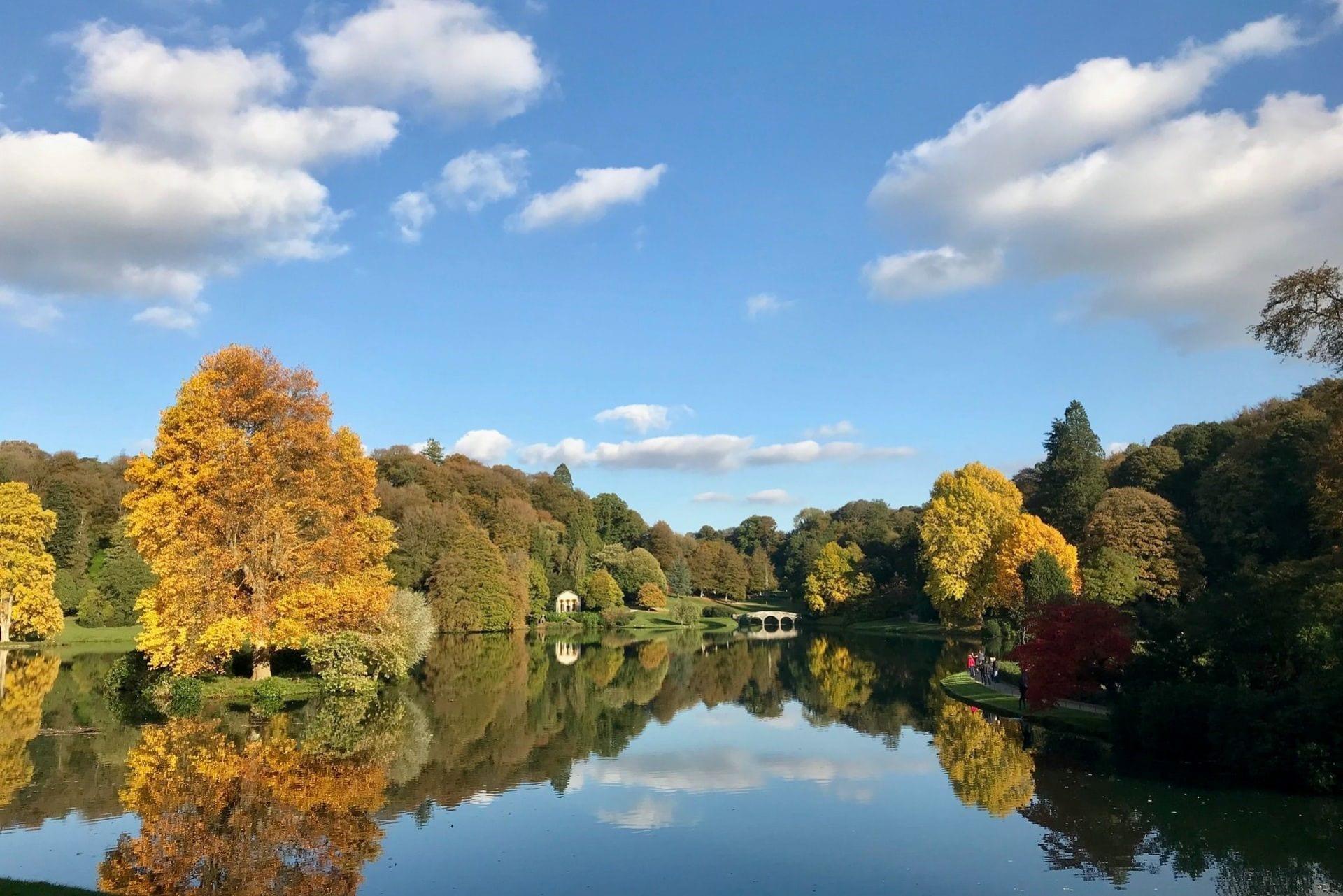trees-around-lake-in-autumn-at-stourhead
