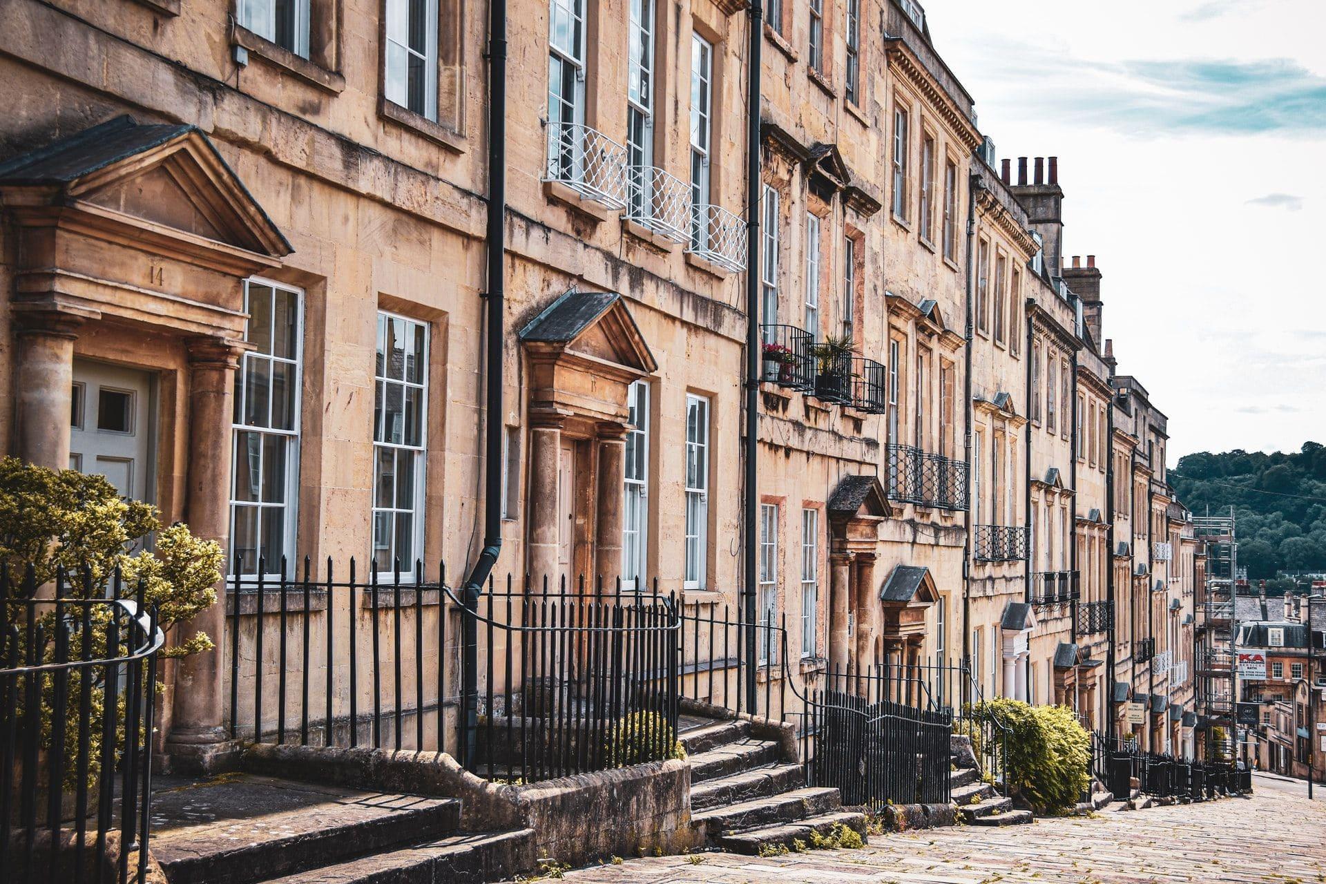 street-of-pretty-terraced-houses-in-bath-england-romantic-weekend-breaks-uk