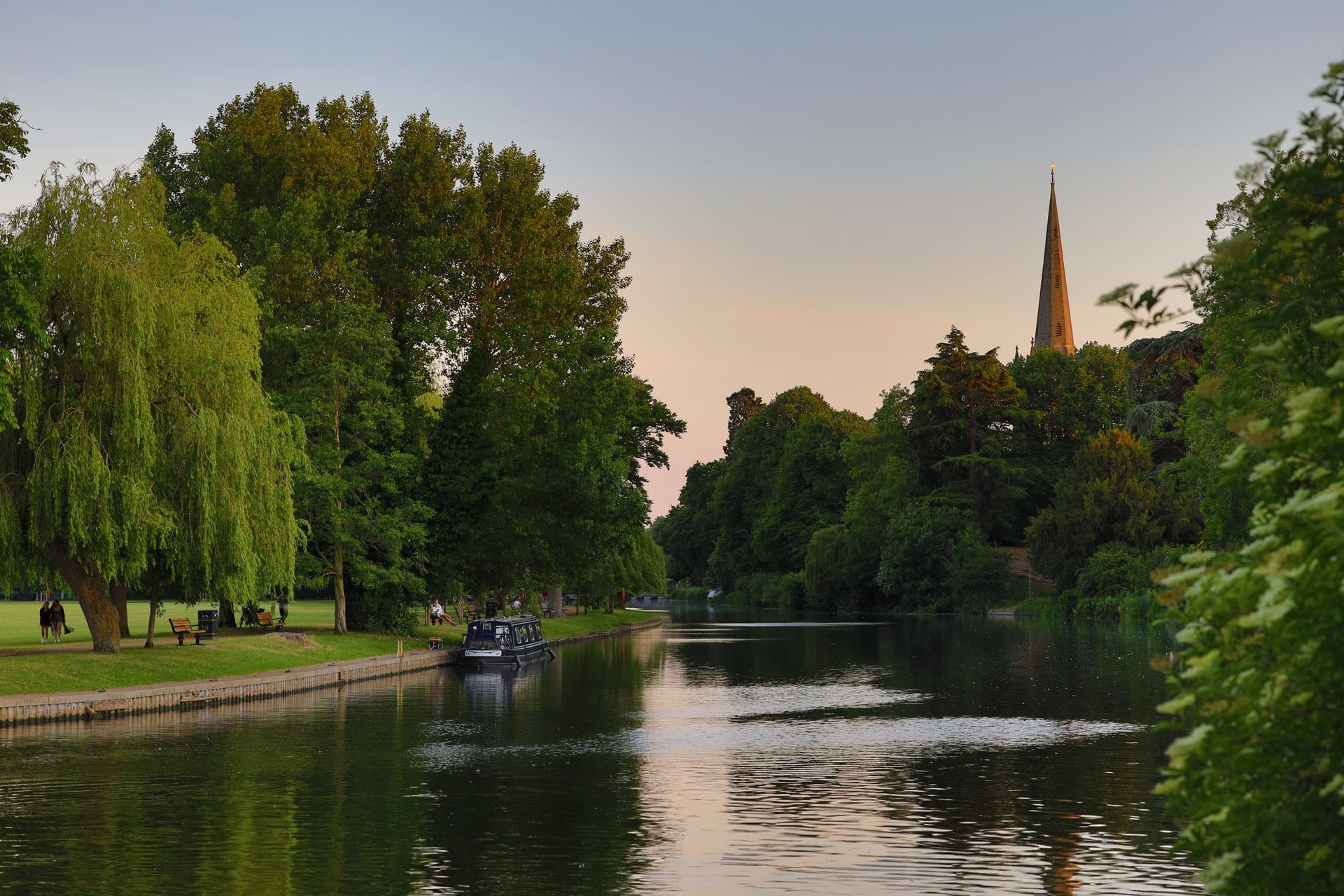 sunset-on-river-going-through-town-by-trees-and-church-stratford-upon-avon-england-day-trips-from-london-by-car